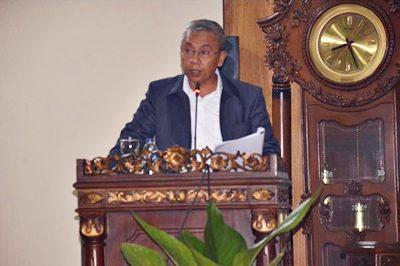 Wakil Walikota Bima saat menyampaikan jawaban pemandangan faksi tentang Raperda APBD-P 2016. Foto: Hum