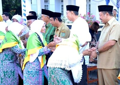 Walikota Bima saat melepas CJH Kota Bima tahun 2016. Foto: Hum
