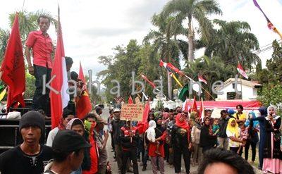 Warga Oi Katupa saat tiba di depan Kantor DPRD Kabupaten Bima. Foto: Deno