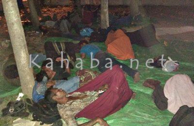 Warga Oi Katupa saat tidur dibawah pohon halaman Kantor DPRD Kabupaten Bima. Foto: Deno