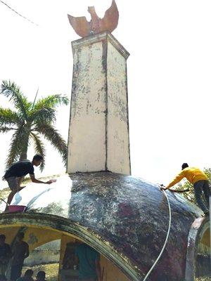 Warga Tente saat mengerjakan bagian luar Monumen Pelopor Pancasila. Foto: Faris