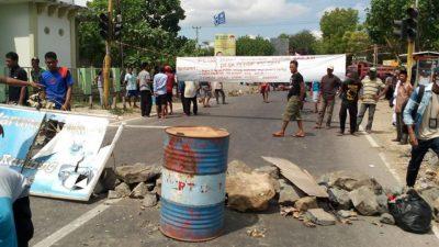 Warga saat blokir jalan di Cabang Desa Talabiu. Foto: Hermansyah Pulalo (Facebook)