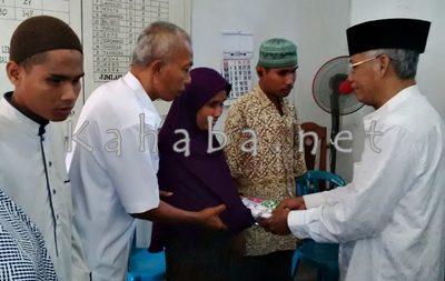 Warga yang jadi mualaf menerima seperangkat alat sholat dari Yayasan Islam Bima. Foto: Bin