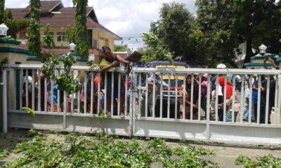 Pedagang Amahami saat melempar barang dagangan di halaman Kantor Pemkot Bima. Foto: Noval