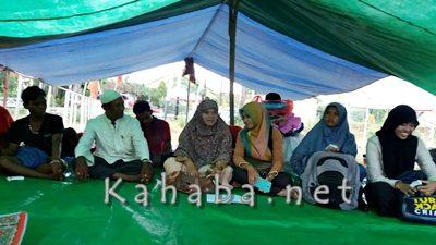 Aktivis Anak saat berdiskusi dengan warga Oi Katupa. Foto: Ady