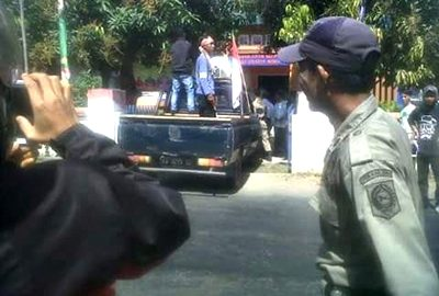 Aliansi Masyarakat Peduli Pendidikan Kecamatan Wawo saat menggelar aksi.