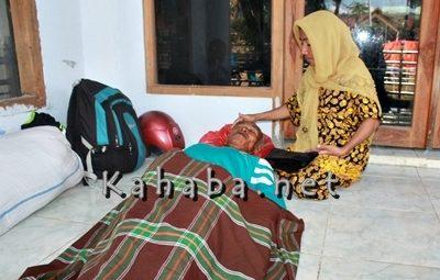 Ama Meno terbaring di emperan Musholla eks Kantor Bupati Bima ditemani kerabatnya. Foto: Deno