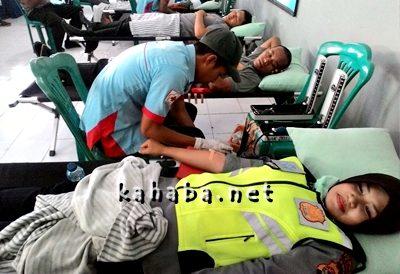 Anggota Polres Bima saat mendonorkan darah. Foto: Deno