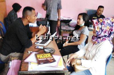 Anis (kiri) dan Ais (Kanan Berjilbab) saat diperiksa Polisi. Foto: Deno