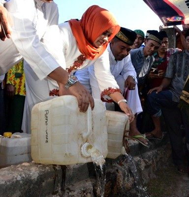 Bupati Bima saat membuang Miras pada acara pemusnahan Miras jenis Sofi di Sape. Foto: Hum