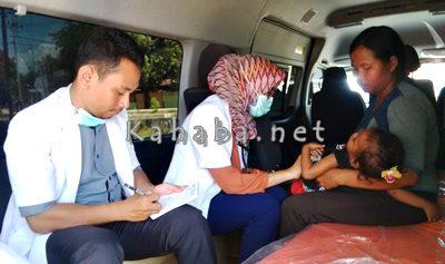 Dokter RSUD Bima saat memeriksa warga Desa Oi Katupa. Foto: Bin