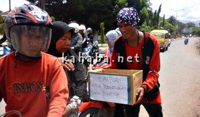FMP saat aksi galang dana untuk warga Desa Oi Katupa. Foto: Deno