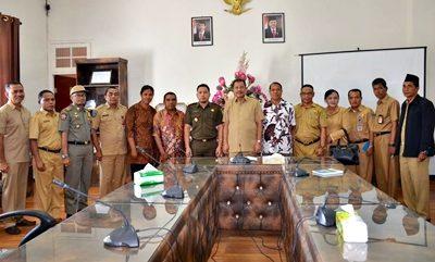 Foto bersama Walikota Bima dan jajaran bersama pengurus Gereja Santo Yusuf. Foto: Hum
