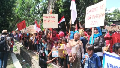 Warga Desa Oi Katupa saat menuju Kantor Bupati Bima. Foto: Ady
