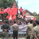 Protes Warga Oi Katupa, Diluar Pagar Jebol, Didalam Audiensi