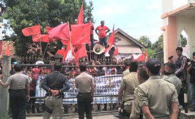 Aksi warga Desa Oi Katupa didepan Kantor Bupati Bima. Foto: Ady