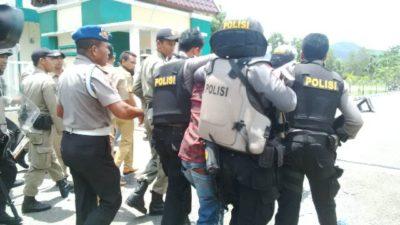 Mahasiswa diamankan setelah bentrok saat aksi tani. Foto: Eric
