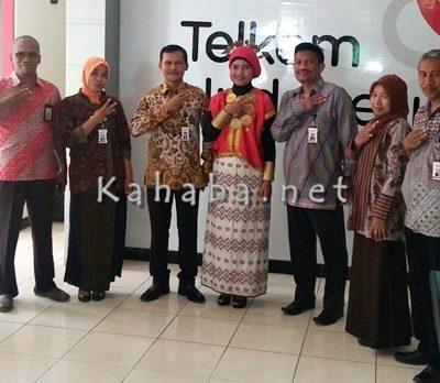 Jajaran Telkom Bima pose bersama saat memperingati Hari Pelanggan Nasional. Foto: Bin
