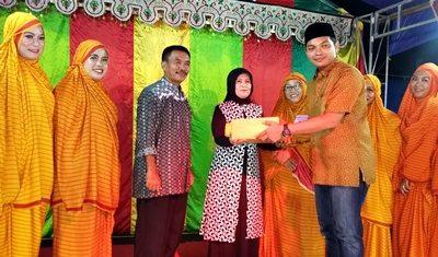 Jena Teke Muhammad Putra Ferryandi menyerahkan hadih kepada tim Kareku Kandei Kecamatan Wawo. Foto: Hum