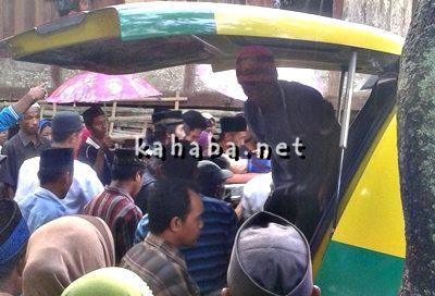 Jenazah Hasanuddin saat tiba di rumahnya. Foto: Firman