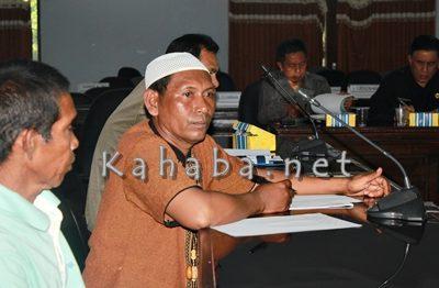 Kades Oi Katupa Muhidin saat hadir mengikuti pertemuan. Foto: Bin