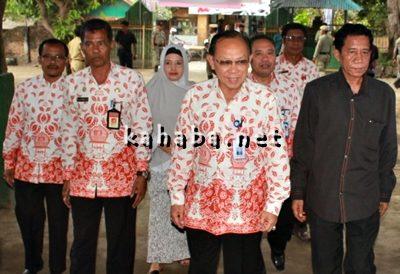 Kepala BKKBN RI Surya Candra Surapaty (Tengah) bersama Ketua STISIP Mbojo Bima Gufran. Foto: Deno