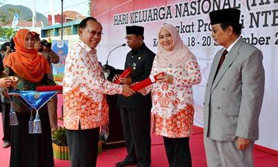 Kepala BKKBN RI saat menyerahkan penghargaan. Foto: Hum