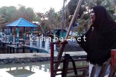 Kepala DKP Kota Bima, Hj. Zaenab saat tinjau Saung Miratun yang terbakar. Foto: Eric