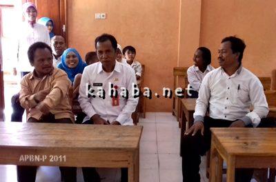 Kepala SLB Al Ghifari Sanusin (Kanan) saat curhat di Kepala Dinas Dikpora Kota Bima. Foto: Eric