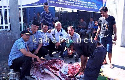 Ketua DPD PAN Kab Bima bersama jajaran saat menyaksikan pemotongan hewan kurban. Foto: Ady