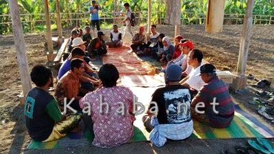 Lakpesdam NU Mataram saat dengan warga Oi Bura di Lereng Tambora. Foto: Ady
