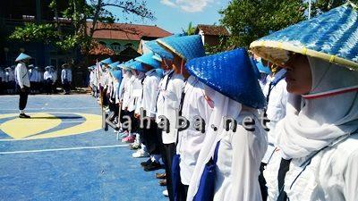 Mahasiswa STIE Bima saat mengikuti upacara pembukaan PKKMB. Foto: Bin