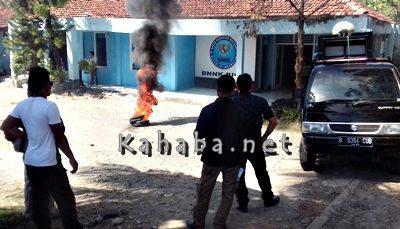PPAK saat mengelar aksi bakar ban di depan Kantor BNNK Bima. Foto: Deno