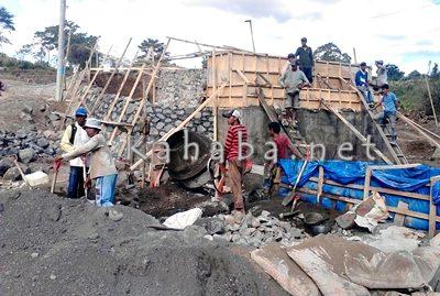 Pekerjaan jembatan Desa Oi Bura. Foto: Ady