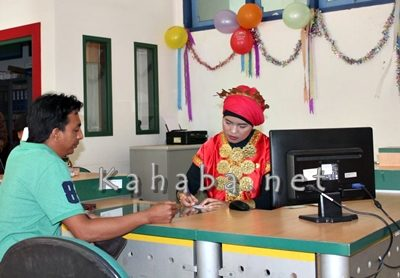 Pelanggan saat dilayani pegawai Telkom. Foto: Bin