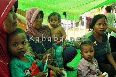 Perempuan dan anak anak desa Oi Katupa masih terlantar di Eks Kantor Bupati Bima. Foto: Bin