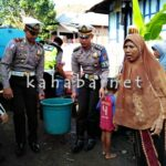 Lantas Polres Bima Bagi-bagi Air Bersih di Kecamatan Woha