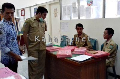 Staf Bagian APU Setda Kota Bima tengah mempersiapkan dokumen LPPD. Foto: Eric
