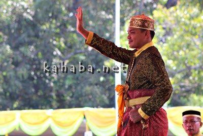 Sultan Bima ke-17 melambaikan tangan dihadapan rakyat dan undangan usai dilantik. Foto: Bin