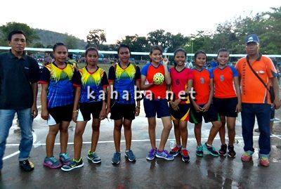 Tim Sepak Takraw Putri SMPN 1 Kota Bima (kanan) saat ingin memulai pertandingan. Foto: Eric