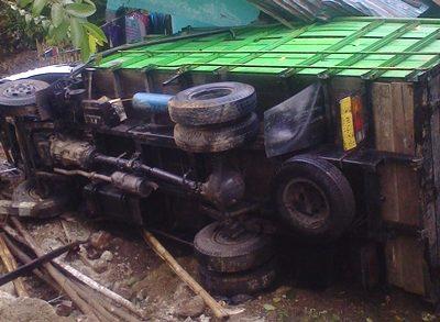 Truk pengangkut babi yang jatuh menimpa warga. Foto: Firman