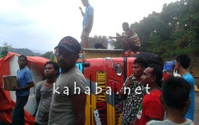 Truk terbalik saat dievakuasi warga setempat. Foto: Firman