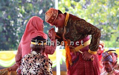 Usai penobatan Sultan Bima mencium tangan Ketua Majelis Adat Sara Dana Mbojo Hj. Siti Maryam. Foto: Bin