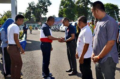Wakil Walikota Bima menyerahkan kunci motor sampah. Foto: Hum