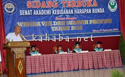 Wakil Walikota Bima saat menyampaikan sambutan pada acara Wisuda Akbid Harapan Bunda Bima. Foto: Eric