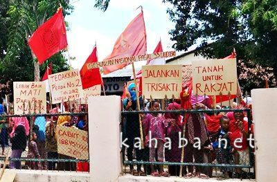 Wanita dan anak anak Desa Oi Katupa turut dalam aksi di depan Kantor Bupati Bima. Foto: Ady