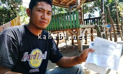 Warga Kolo, Fadli saat menunjukan sejumlah bukti ketimpangan masalah program RTLH. Foto: Bin