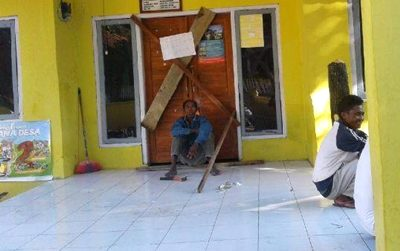 Warga saat segel Kantor Desa Ncandi. Foto: Amir Riskan (Facebook)