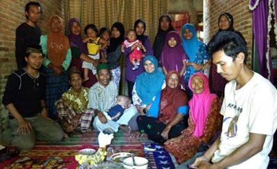Wildan bersama keluarga besarnya saat doa syukuran. Foto: Komunitas Babuju