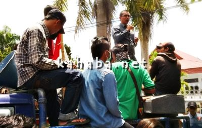 Anggota DPRD Kabupaten Bima M. Natsir saat menerima massa aksi. Foto: Noval